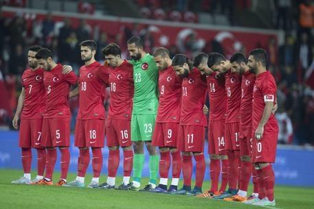 Photo of Turchia-Grecia: minuto di silenzio per Parigi. Fischi e urla 'Allah è il più grande' – VIDEO