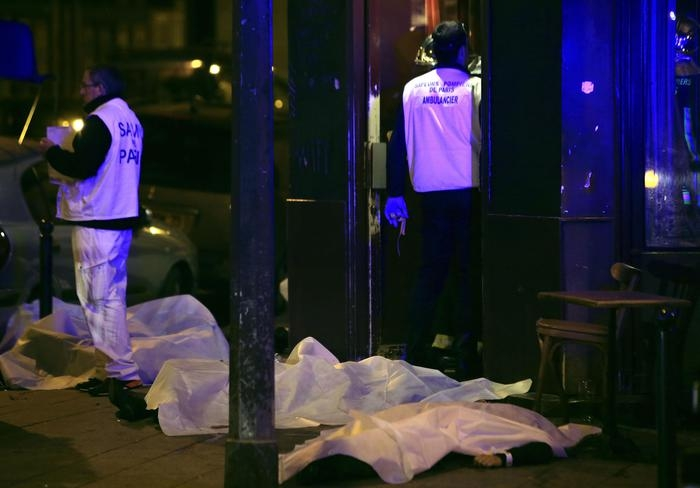 """Photo of Isis rivendica attacco a Parigi:  'È 11 settembre della Francia'. La presidente Boldrini """"Non abbandoniamo i principi democratici"""""""