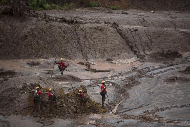 Photo of Cede una diga in Brasile, uno tsunami di fango