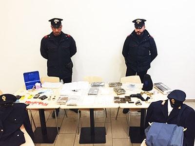 Photo of Roma – Sequestrato market stupefacenti,  armi e due divise della Polizia di Stato. 4 le persone arrestate