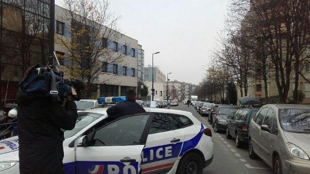 """Photo of Parigi – Giorno dopo elezioni. Maestro accoltellato in classe. L'aggressore fuggendo: """"Sono dell'Isis"""""""
