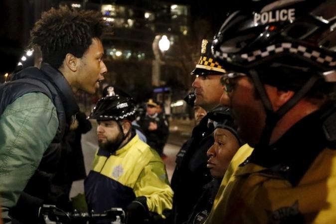 Photo of Chicago – Agente interviene e, per difendersi, uccide 2 afroamericani. Polizia impazzita o, all'italiana,  violenti  più protetti?