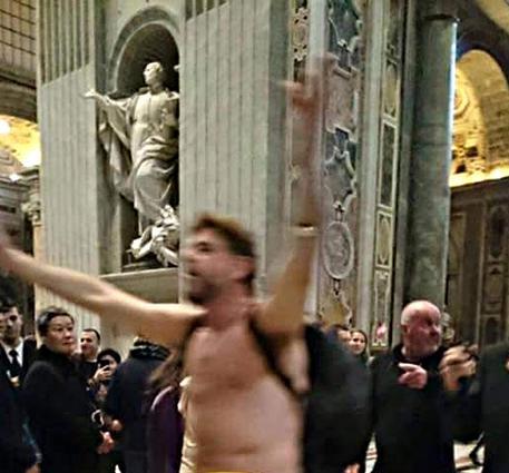 Photo of San Pietro – Uomo entra in Basilica e si spoglia