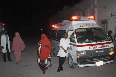 Photo of Flash – Somalia, terroristi Al Shabaab assaltano ristorante lungomare a Mogadiscio: 20 morti