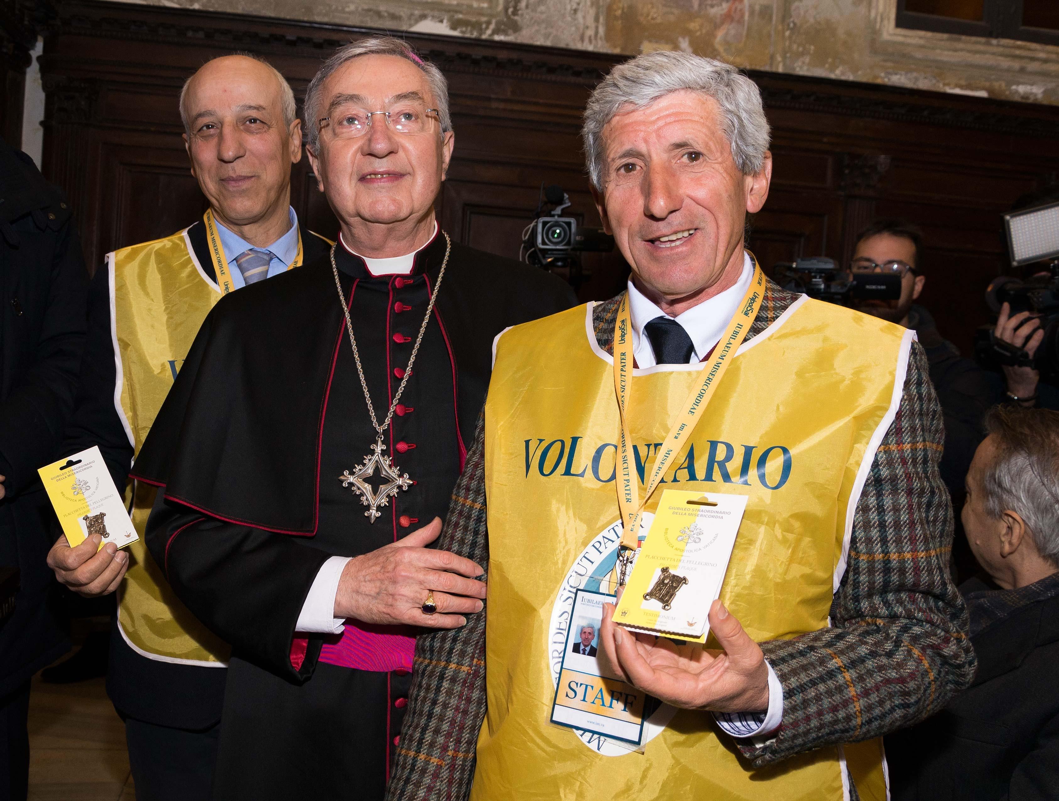 """Photo of Dopo mille anni, ritorna  la """"Placchetta del Pellegrino – Testimonium"""" del Giubileo"""