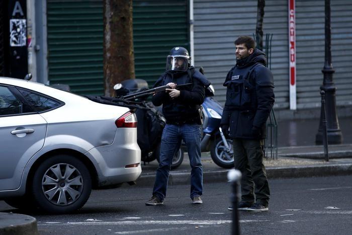 Photo of Flash – Terrorismo – Parigi – Nell'anniversario di Charlie Ebdo, ucciso uomo armato di mannaia davanti a un commissariato. Ferito un Agente.