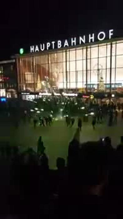 Photo of La Germania scopre la violenza sessuale. Decine di donne molestate da arabi e nordafricani la notte di Capodanno – VIDEO PERNACCHIA