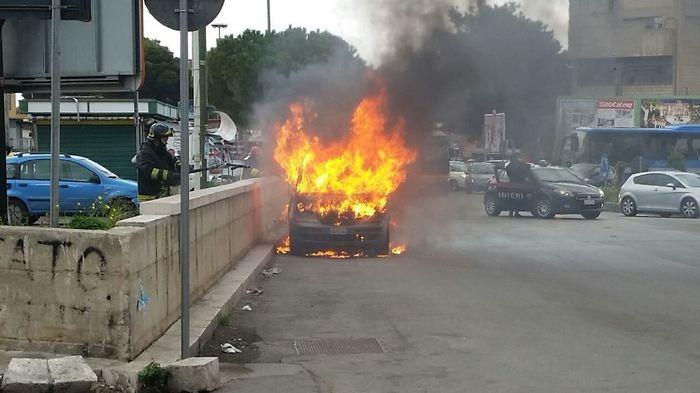 Photo of Politici si preoccupano di unioni civili e clandestini, onesto uomo disoccupato si uccide dandosi fuoco