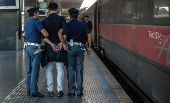 Photo of Giovane nordafricano confezionava tranquillamente dosi di droga sul treno