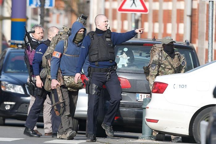 Photo of Ancora terrorismo a Bruxelles. Perquisizione, sparatoria, quartiere chiuso,  Poliziotti feriti. Incredibilmente 2 terroristi fuga