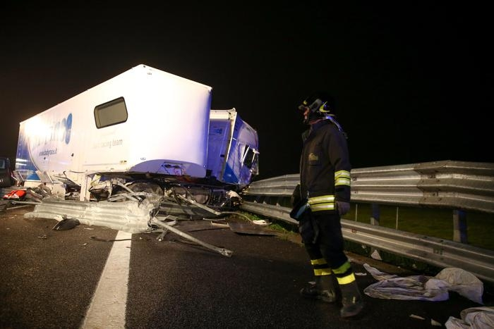 Photo of A21: Tir salta carreggiata. 4 morti. Distrutta band musicale