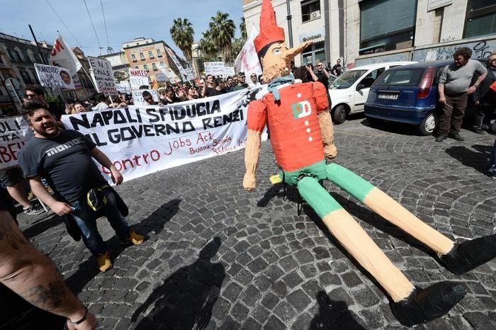 Photo of Comunisti contro comunisti. Guerriglia a Napoli per Renzi