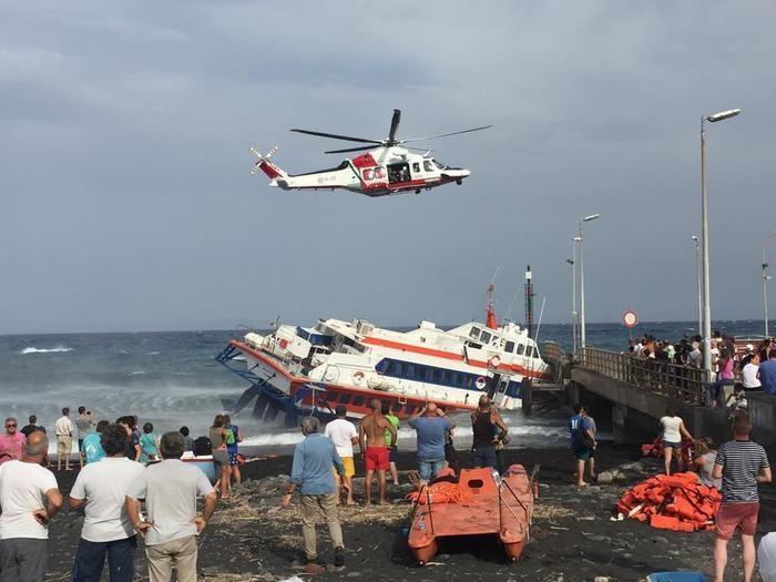 Photo of Stromboli – Per il vento, aliscafo finisce contro molo e affonda parzialmente. Nessun ferito