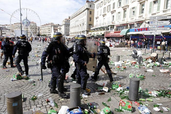 Photo of Teppisti vestiti da tifosi. Violenti scontri in Francia a Euro 2016.