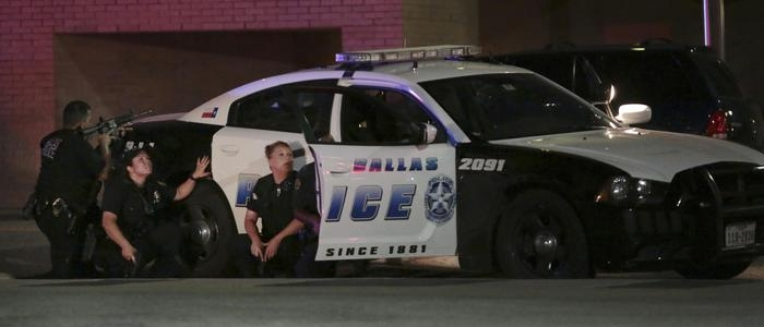 Photo of Dallas: Assassinati da cecchini 5 poliziotti e 6 feriti . Effetti degli interventi del premio Nobel per la pace Obama