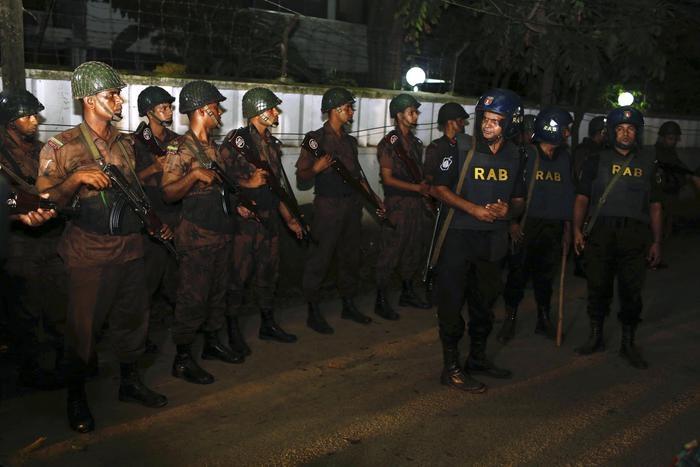 Photo of Dacca – Blitz delle teste di cuoio  del Bangladesh. Liberati 18 ostaggi. Uccisi 5 terroristi dell'Isis