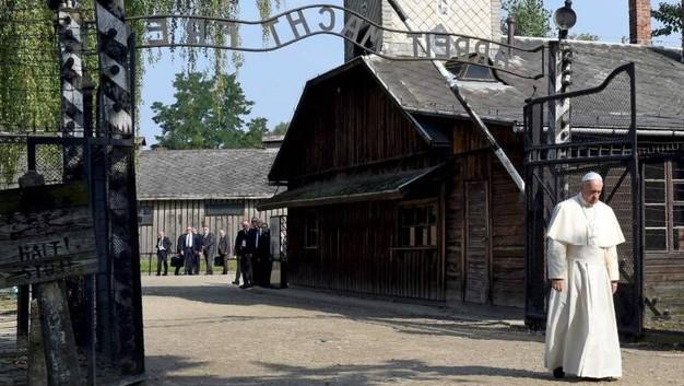 Photo of Francesco: rispettoso silenzio ad Auschwitz-Birkenau
