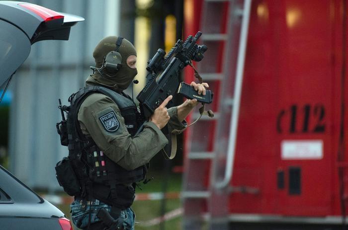"""Photo of Monaco di Baviera – Attacco al centro commerciale: 9 morti e 16 i feriti. Killer senza tessera,  vengono chiamati  """"folli"""" e non terroristi"""