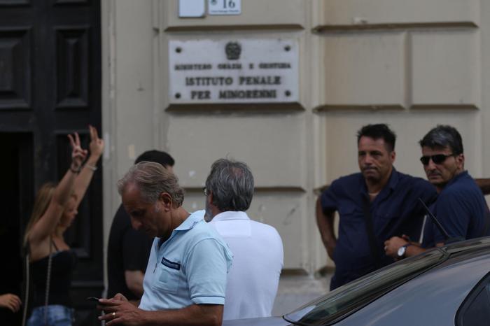 Photo of Paese allo sbando: nel carcere minorile di Airola, protesta per vitto e sigarette. Tre agenti feriti