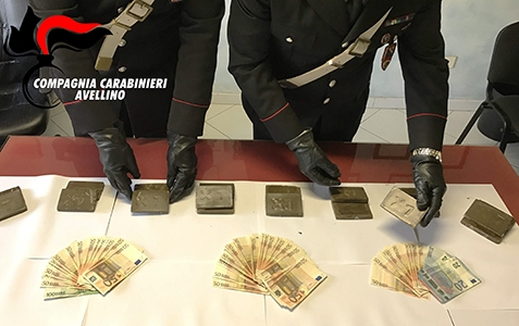 Photo of Serino (Av) – Trascinano con l'auto  il Comandante della Stazione. Sequestrati due chili di hashish. Due le persone arrestate – VIDEO