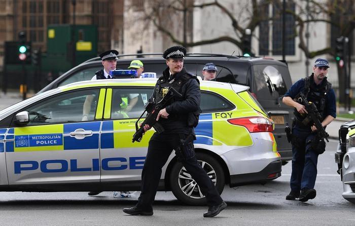 Photo of Attacco a Londra. Terrorista investe pedoni, entra nel cortile del Parlamento e accoltella un Agente prima di essere ucciso a colpi di pistola