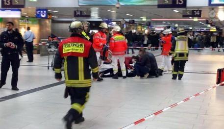Photo of Duesseldorf: ancora uno psicolabile in azione. 7 persone ferite! Il nostro consiglio non è stato seguito…