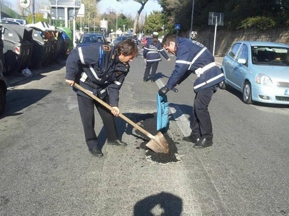 Photo of Polizia Locale impiegata come netturbini o addetti manutenzione strade. Protesta dell'Arvu alla Sindaca Raggi – VIDEO