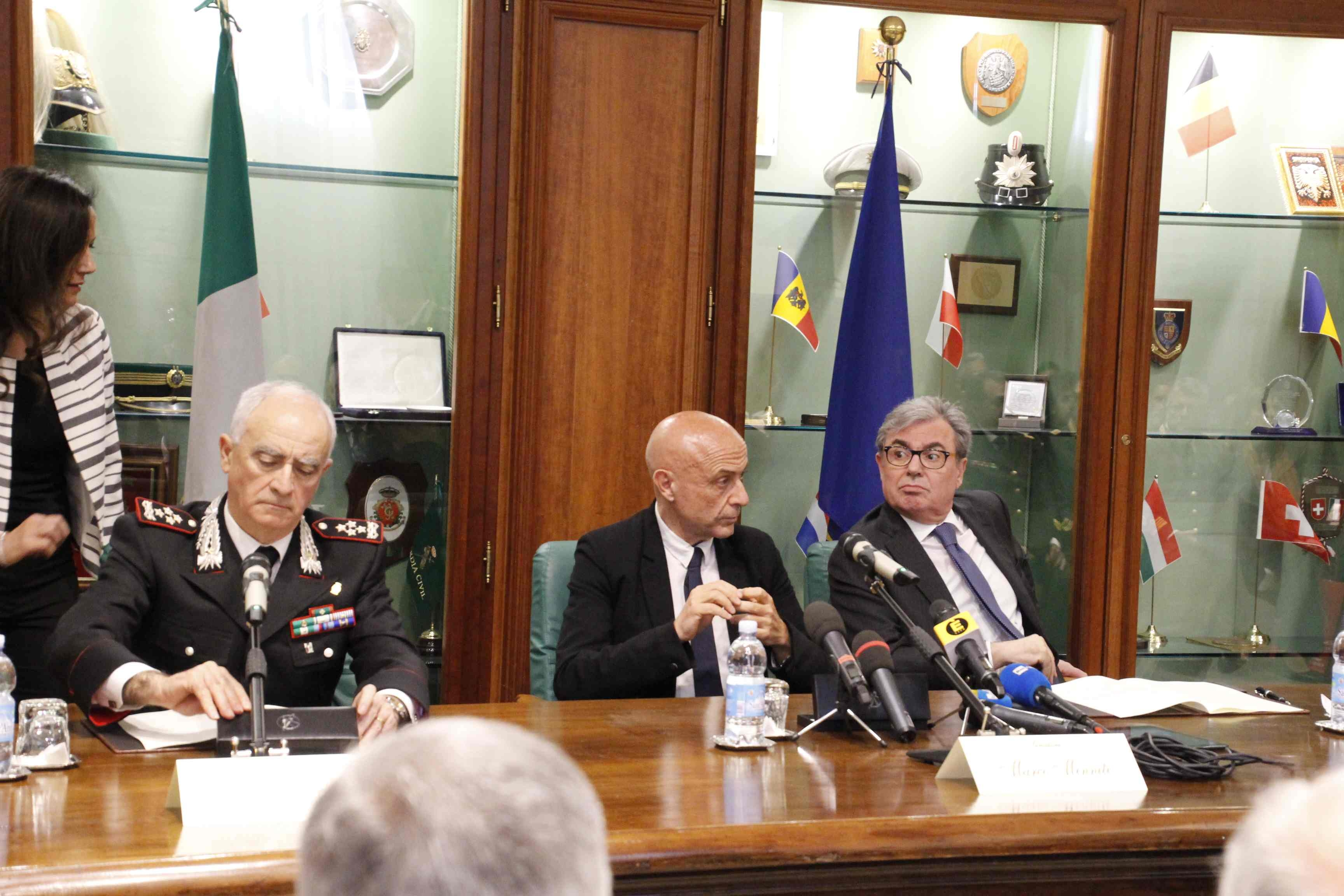 Photo of Il ministro Minniti fa visita al Comando Generale   dell'Arma, in occasione del protocollo d'intesa fra i Carabinieri ed i Vigili del Fuoco – AMPIA GALLERIA FOTOGRAFICA