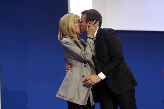 francia macron bacia moglie