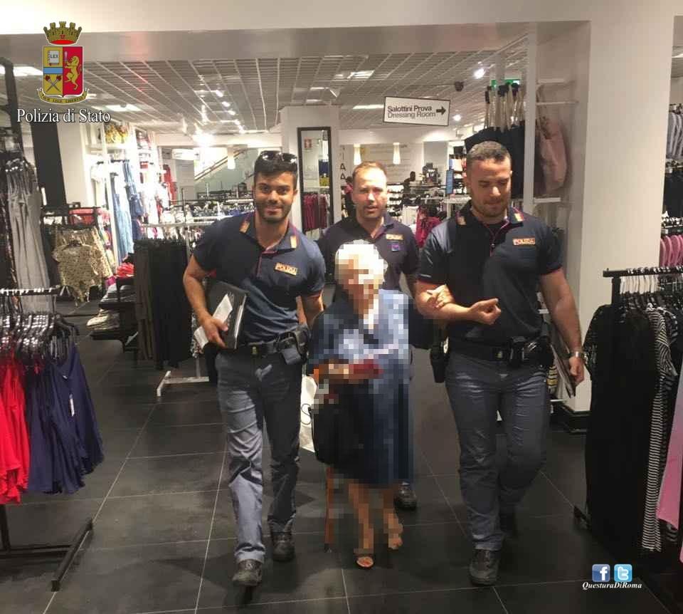 Photo of Questa è la nostra vera Polizia. Signora 91enne, tenta di uscire dal supermercato con un profumo non pagato. I poliziotti  pagano il conto e la riaccompagnano a casa