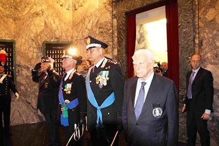 Photo of I Carabinieri festeggiano il 203° anno dalla loro nascita. E un Carabiniere, per strada, aiuta a far nascere una bambina