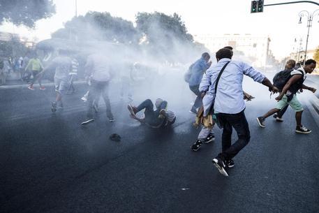 """Photo of Flash – Sgombero Piazza Indipendenza: """"le risorse"""" raccomandate dal papa, lanciano  bombole del gas aperte contro le Forze dell'Ordine"""