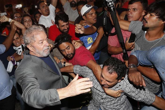 Photo of Brasile – Lula, il presidente corrotto che ha impedito l'estradizione del terrorista Battisti, è finalmente in carcere. Solidarietà da politici italiani