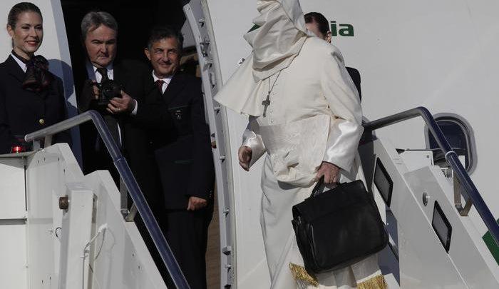 Bergoglio-in-partenza-per-Romania-solo-lui-avvolto-dal-vento-foto-ANSA-AP-PhotoAlessandra-Tarantino2.jpg