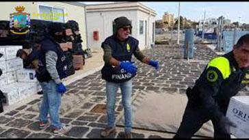 Photo of Sequestrate quasi 7 tonnellate di sigarette di contrabbando. 17 persone arrestate di cui 6 italiani, libici ed egiziani. Sequestrate 8 imbarcazioni