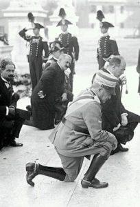 Alman-milite-ignoto- Re e autorità-inginocchiate (foto web)